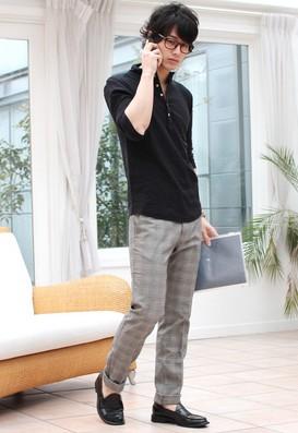 黒いポロシャツグレーのパンツ