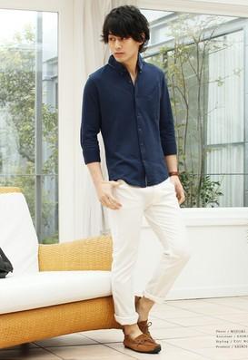 ネイビーシャツと白いパンツ