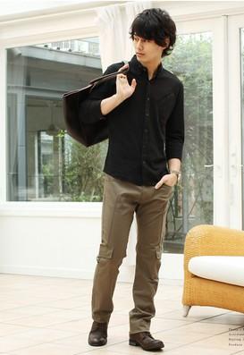 黒ボロシャツ、カーゴパンツ