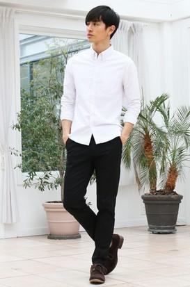 白シャツ黒パンツ