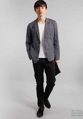 グレーのジャケット黒パンツ
