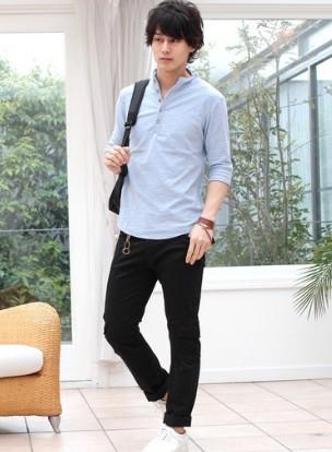 ブルーシャツと黒パンツ