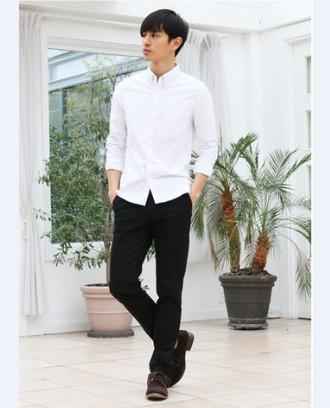 白シャツ黒パンツメンズコーデ